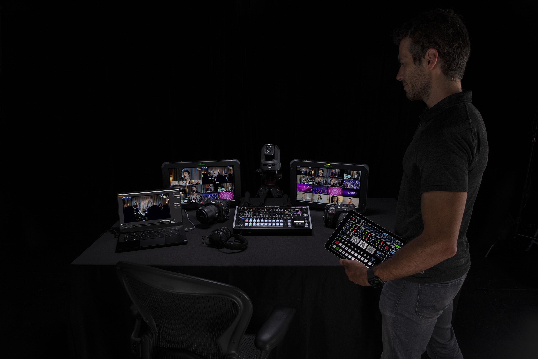Un mélangeur professionnel pour événements hybrides avec huit entrées SDI et huit entrées HDMI, trois sorties SDI et trois sorties HDMI, une sortie USB-C webcam pour streaming, une table de mixage audio 40 pistes, et une automation évoluée.